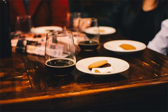 Občerstvení také blízko pokerového stolu - Jak uspořádat opravdu dobrý pokerový večer pro své známé?